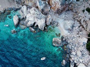 Cala Gonone Sardynia Włochy morze skały łódź