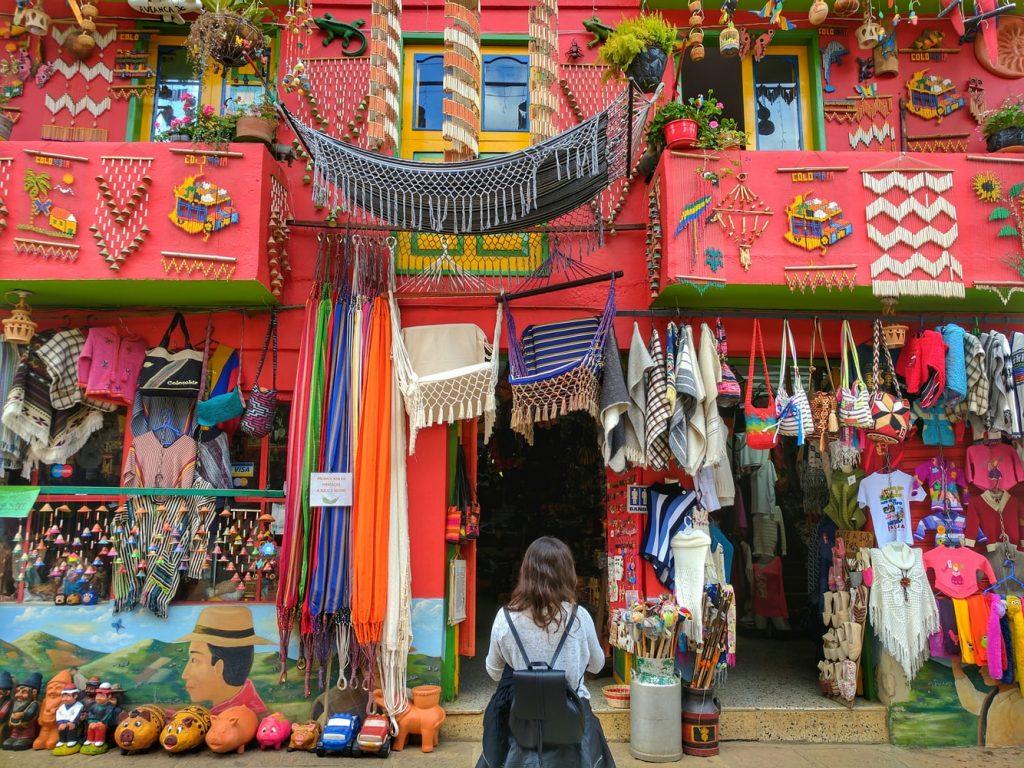 Kolumbia kolorowe sklepiki z lokalnymi produktami