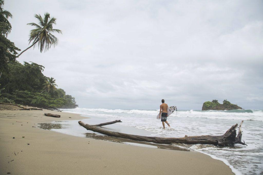Puerto Viejo Kostaryka plaża surfer