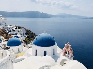 Oia Santorini niebieskie kopułu morze Grecja